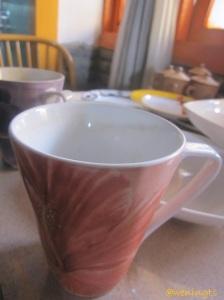 Mugnya motif bunga sepatu lhoo... Sebenarnya ini mug agak jumbo, tapi warna dan coraknya yang bikin saya suka.