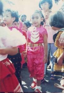 ini saya waktu ikut karnaval hari kartini. didandani ibu. bajunya juga dijahit ibu. 20 tahun silam