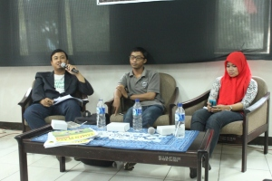Pembicara sesi kedua : Kangmas Abaz Zahrotien (Wartawan Jawa Pos), dan MbakYu Nessa Kartika (Penulis Novel) dimoderatori oleh Kangmas Erwin Abdillah (CEO WE Media)