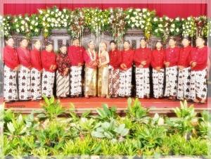 Ini pasukan Permadani (komunitas pranatacara pengantin) .Teman komunitas Bunda.