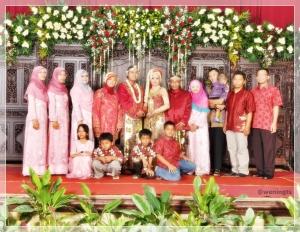 Ini keluarga inti dari Mas Erwin. Kakak-kakak perempuan semuanya juga pakai warna pink muda, dibuat model dress agar lebih nyaman