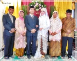 Ini foto Akad nikah, kain Bunda dan Ibu ini bahannya lembuut banget, Enak dipakai. Warnanya juga soft