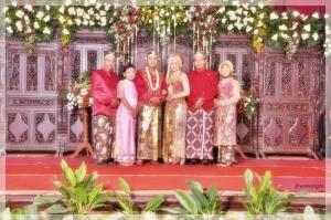 Keluarga inti. Yang cewek cuman adek Wyu, dia dibuatkan dress dengan warna pink yang soft.