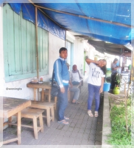 Bersama ayah, bunda, suami dan adik sarapan di Soto Gantung Khas Parakan