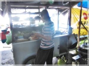 Penjualnya sedang meracik pesanan Soto Gantung Khas Parakan