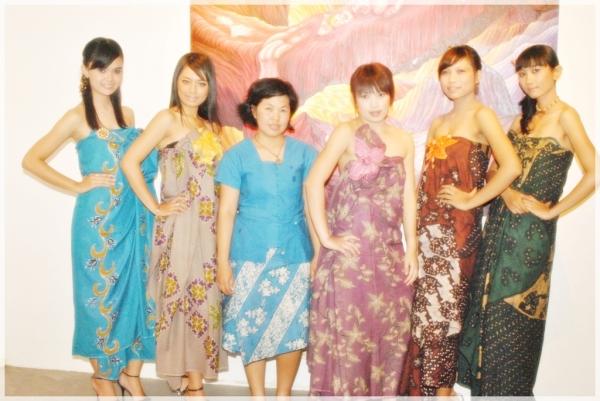 Mbak Yohana dan para model yang memamerkan batik Kembang Keli saat Fashion Show di Cafe Tujuh Bintang di Yogyakarta