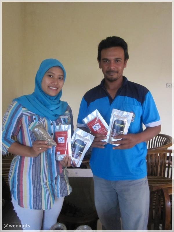 Berfoto bersama Mas Eed, dan produk Bowongso Coffee