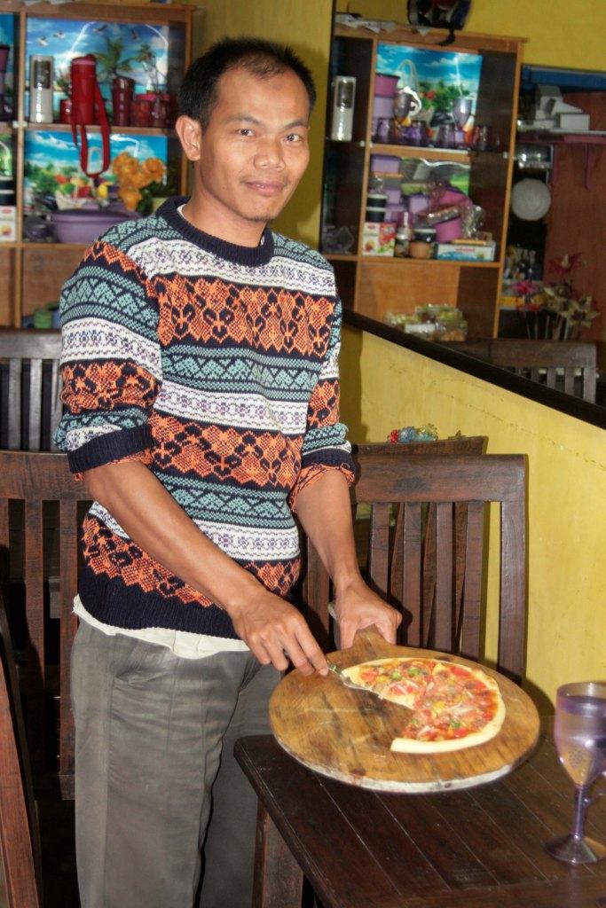 Menyajikan langsung pizza yang fresh from the oven!